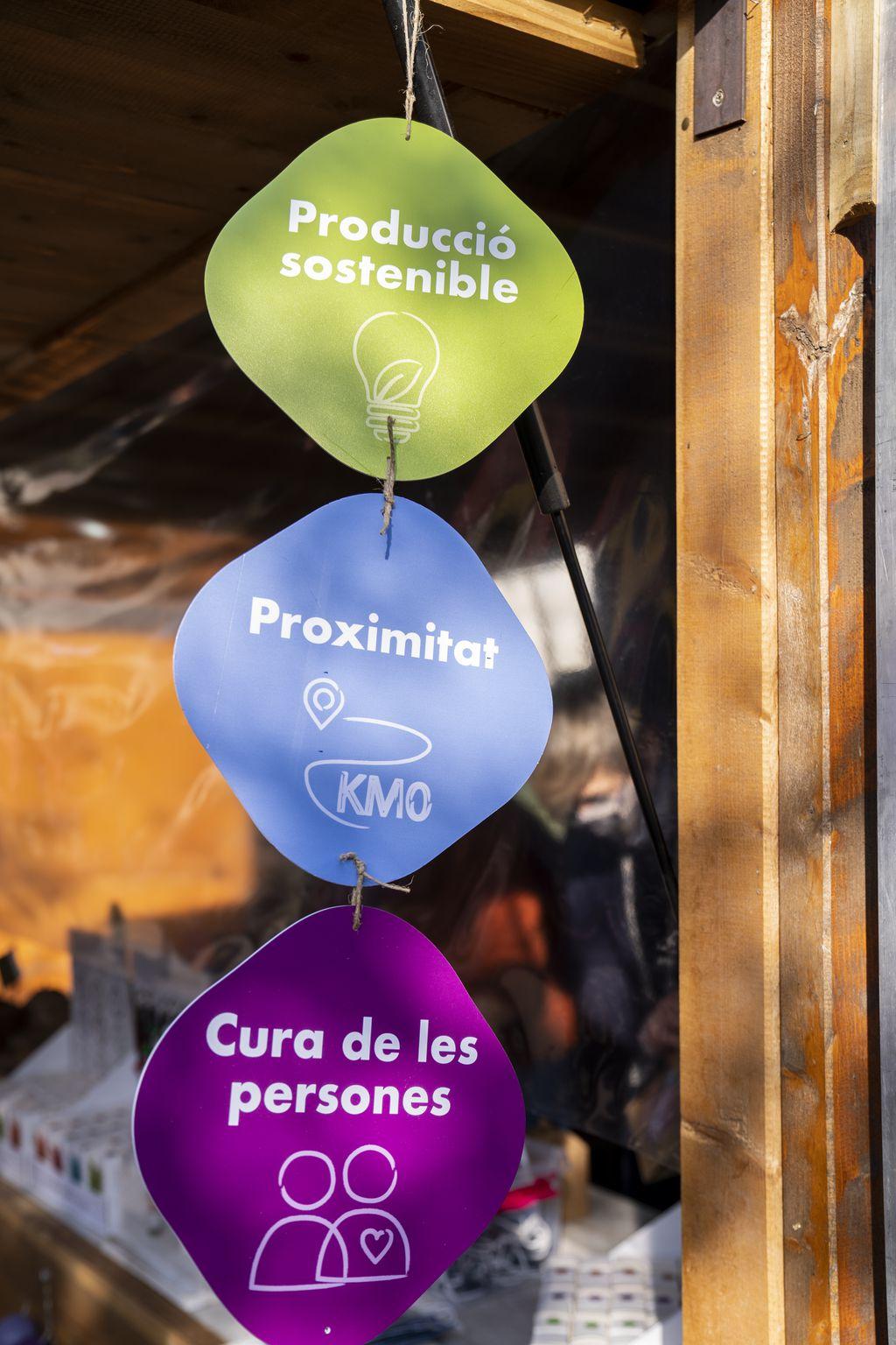Cartelleria en una de les parades que anuncia que els seus productes són de proximitat, km 0, de producció sostenible i tenen cura de les persones