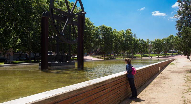 <div class='imageHoverDetail'>              <p class='imageHoverTitle twoLineBreak'>Parc de la Maquinista de Sant Andreu. Roda de la fàbrica</p>              <p class='imageHoverAutor oneLineBreak'>Autor: Òscar Giralt</p>              <button class='imageHoverBtn'>Mostra els detalls de la imatge <span class='sr-only'>Parc de la Maquinista de Sant Andreu. Roda de la fàbrica</span></button>              </div>