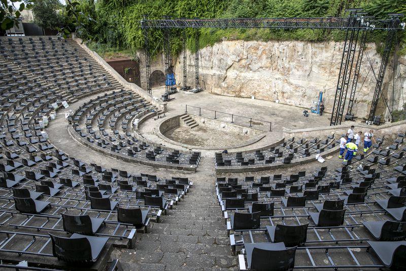<div class='imageHoverDetail'>              <p class='imageHoverTitle twoLineBreak'>Uns operaris treballen al Teatre Grec preparant l'escena i els seients dels e...</p>              <p class='imageHoverAutor oneLineBreak'>Autor: Edu Bayer</p>              <button class='imageHoverBtn'>Mostra els detalls de la imatge <span class='sr-only'>Uns operaris treballen al Teatre Grec preparant l'escena i els seients dels e...</span></button>              </div>