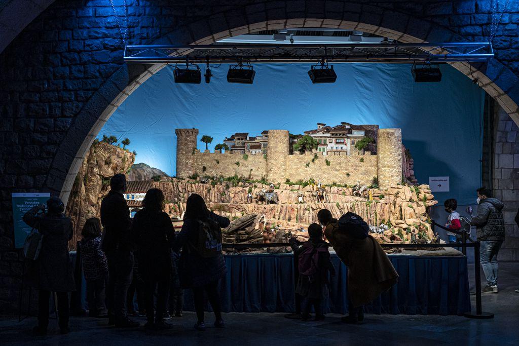 Visitants admirant el pessebre tradicional, obra de l'Associació de Pessebristes de Barcelona, instal·lat al pati de la Fundació Frederic Marès i inspirat en el Mediterrani i la població de Tossa de Mar