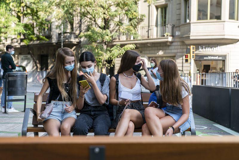 <div class='imageHoverDetail'>              <p class='imageHoverTitle twoLineBreak'>Joves escolars assegudes als bancs de la zona pacificada davant de l'Escola P...</p>              <p class='imageHoverAutor oneLineBreak'>Autor: Mariona Gil</p>              <button class='imageHoverBtn'>Mostra els detalls de la imatge <span class='sr-only'>Joves escolars assegudes als bancs de la zona pacificada davant de l'Escola P...</span></button>              </div>