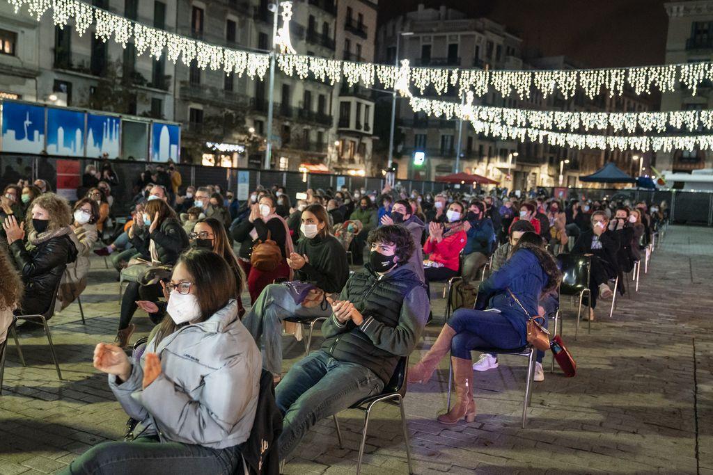 """Públic assistent a l'espectacle de dansa """"Covinal"""" de la companyia Sol Picó durant l'acte d'encesa dels llums de Nadal 2020"""