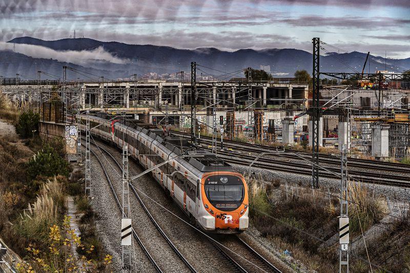 <div class='imageHoverDetail'>              <p class='imageHoverTitle twoLineBreak'>Tren de Rodalies circulant per una via de tren a prop de la Sagrera. Al fons ...</p>              <p class='imageHoverAutor oneLineBreak'>Autor: Laura Guerrero</p>              <button class='imageHoverBtn'>Mostra els detalls de la imatge <span class='sr-only'>Tren de Rodalies circulant per una via de tren a prop de la Sagrera. Al fons ...</span></button>              </div>