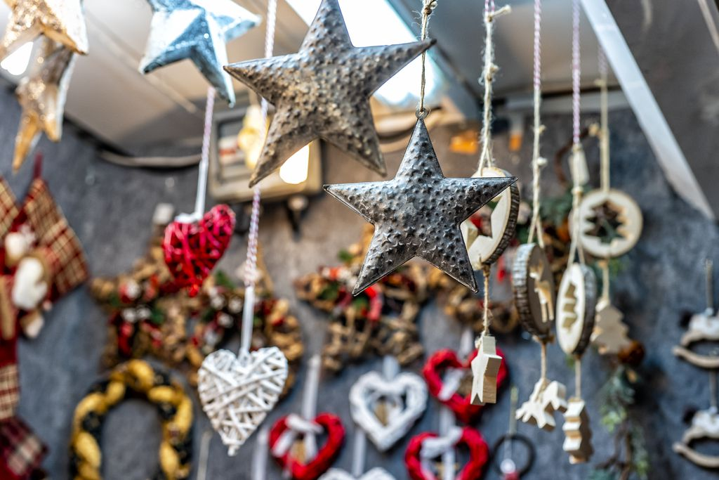Estrelles i cors de decoració en una de les parades de la Fira de Nadal a Sagrada Família