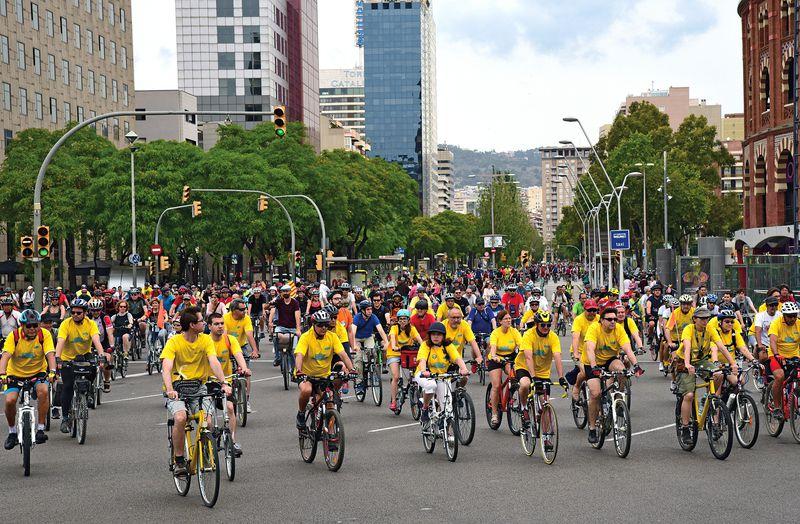 <div class='imageHoverDetail'>              <p class='imageHoverTitle twoLineBreak'>Festa de la Bicicleta. Participants arribant a la plaça d'Espanya des del car...</p>              <p class='imageHoverAutor oneLineBreak'>Autor: Antonio Lajusticia Bueno</p>              <button class='imageHoverBtn'>Mostra els detalls de la imatge <span class='sr-only'>Festa de la Bicicleta. Participants arribant a la plaça d'Espanya des del car...</span></button>              </div>