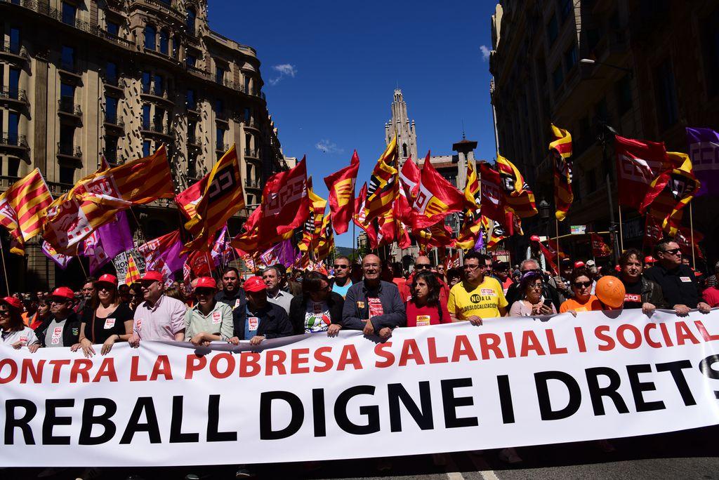 """Dia Internacional dels Treballadors. Manifestació amb la pancarta amb el lema """"Contra la pobresa salarial i social. Treball digne i drets"""""""