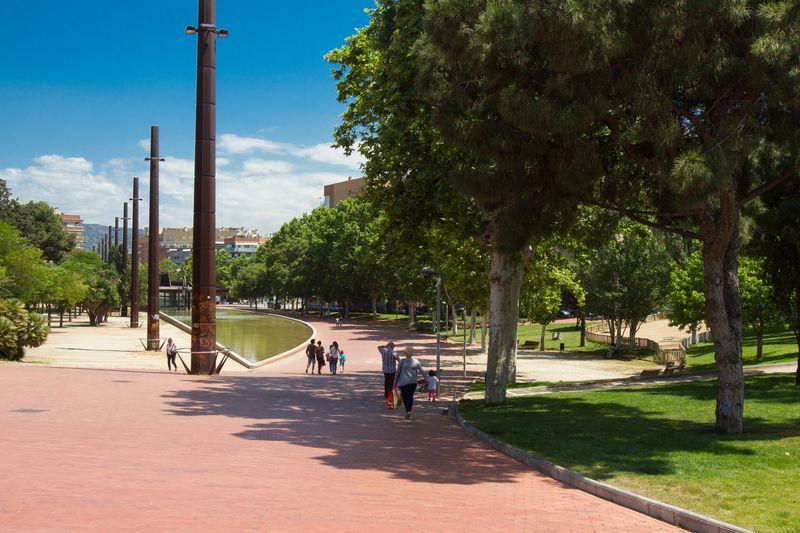 <div class='imageHoverDetail'>              <p class='imageHoverTitle twoLineBreak'>Parc de la Maquinista de Sant Andreu. Camí enrajolat vermell i làmina d'aigua</p>              <p class='imageHoverAutor oneLineBreak'>Autor: Òscar Giralt</p>              <button class='imageHoverBtn'>Mostra els detalls de la imatge <span class='sr-only'>Parc de la Maquinista de Sant Andreu. Camí enrajolat vermell i làmina d'aigua</span></button>              </div>