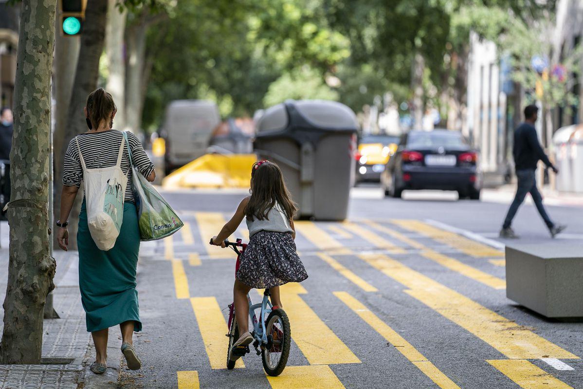 <div class='imageHoverDetail'>              <p class='imageHoverTitle twoLineBreak'>Una família amb una mare carregada de bosses i una nena en bicicleta utilitza...</p>              <p class='imageHoverAutor oneLineBreak'>Autor: Mònica Moreno</p>              <button class='imageHoverBtn'>Mostra els detalls de la imatge <span class='sr-only'>Una família amb una mare carregada de bosses i una nena en bicicleta utilitza...</span></button>              </div>