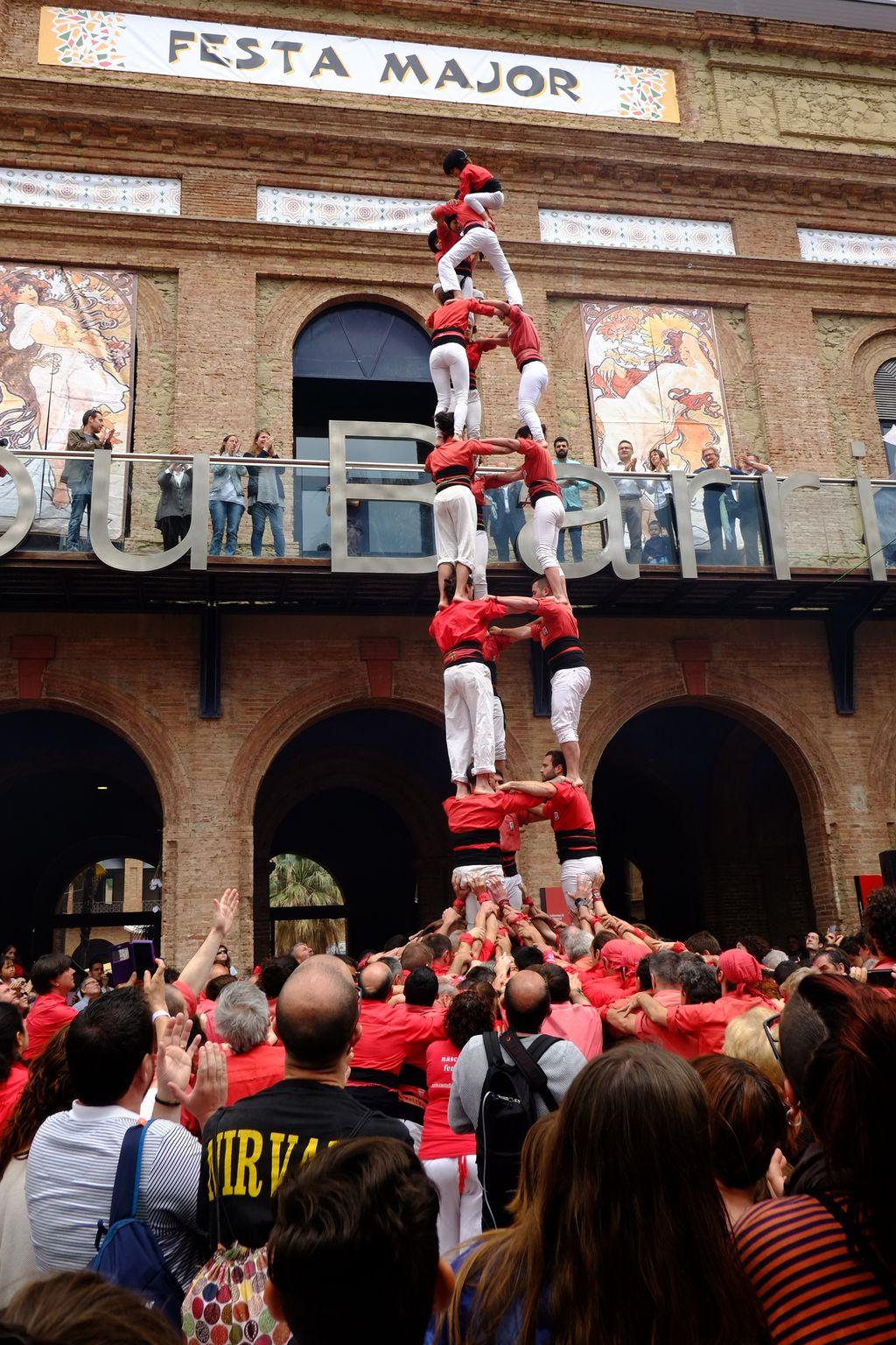 Festa Major de Nou Barris. Castell aixecat davant de l'Ajuntament