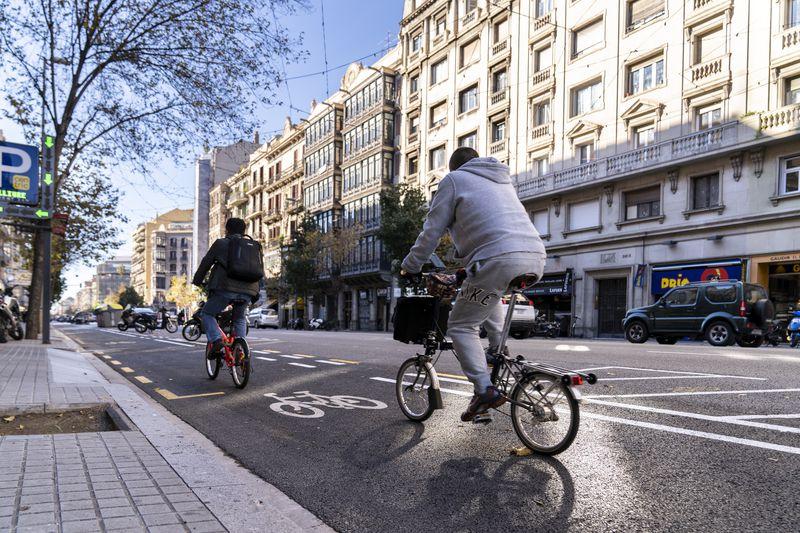 <div class='imageHoverDetail'>              <p class='imageHoverTitle twoLineBreak'>Ciclistes circulant pel nou carril bici del carrer d'Aragó (entre rambla de C...</p>              <p class='imageHoverAutor oneLineBreak'>Autor: Mariona Gil</p>              <button class='imageHoverBtn'>Mostra els detalls de la imatge <span class='sr-only'>Ciclistes circulant pel nou carril bici del carrer d'Aragó (entre rambla de C...</span></button>              </div>