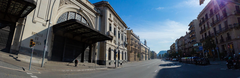 Avinguda del Marquès de l'Argentera sense cotxes i una persona davant de l'Estació de França. Districte de Ciutat Vella. Barri de Sant Pere, Santa Caterina i la Ribera.