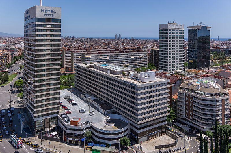 <div class='imageHoverDetail'>              <p class='imageHoverTitle twoLineBreak'>Vista aèria del carrer de Tarragona i voltants de l'estació de Sants</p>              <p class='imageHoverAutor oneLineBreak'>Autor: AL PHT Air Picture TAVISA</p>              <button class='imageHoverBtn'>Mostra els detalls de la imatge <span class='sr-only'>Vista aèria del carrer de Tarragona i voltants de l'estació de Sants</span></button>              </div>