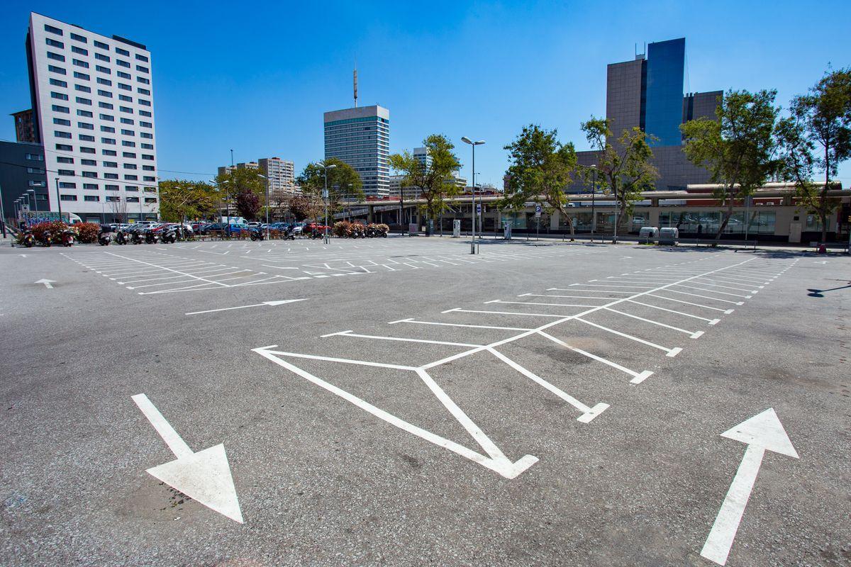 <div class='imageHoverDetail'>              <p class='imageHoverTitle twoLineBreak'>Estación de Barcelona Sants. Aparcamiento de motos vacío. Distrito de Sants-M...</p>              <p class='imageHoverAutor oneLineBreak'>Autor: Marc Lozano</p>              <button class='imageHoverBtn'>Ver los detalles de la imagen <span class='sr-only'>Estación de Barcelona Sants. Aparcamiento de motos vacío. Distrito de Sants-M...</span></button>              </div>