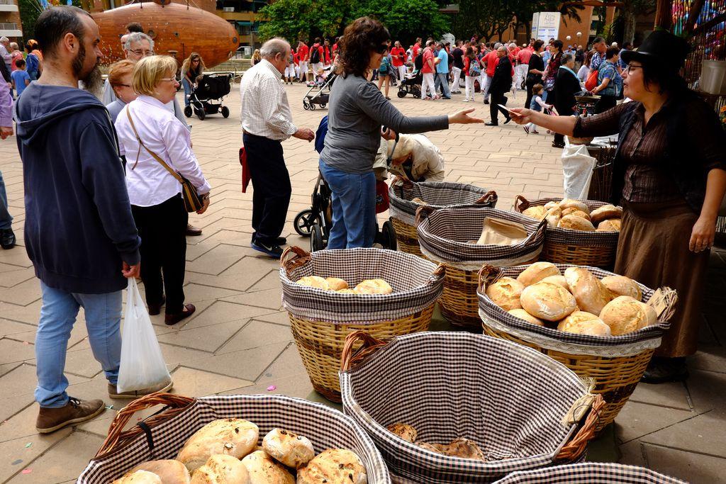 Festa Major de Nou Barris. Parada de pa dins el mercat de productes artesanals