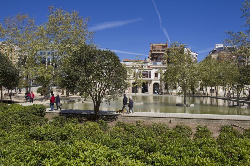 <div class='imageHoverDetail'>              <p class='imageHoverTitle twoLineBreak'>Jardins del Príncep de Girona. Llac</p>              <p class='imageHoverAutor oneLineBreak'>Autor: Òscar Giralt</p>              <button class='imageHoverBtn'>Mostra els detalls de la imatge <span class='sr-only'>Jardins del Príncep de Girona. Llac</span></button>              </div>