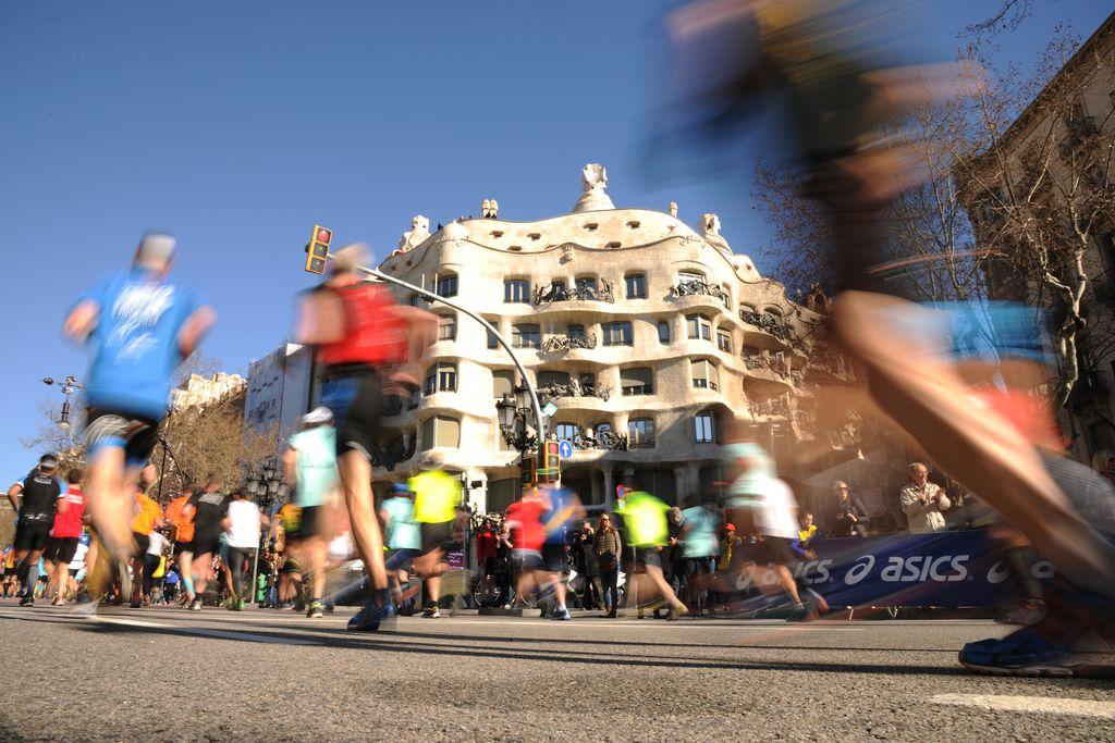 Marató de Barcelona 2015. Corredors i públic davant la Pedrera