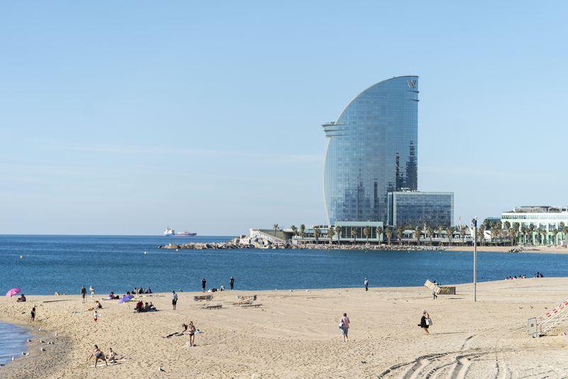 <div class='imageHoverDetail'>              <p class='imageHoverTitle twoLineBreak'>Banyistes arribant a la platja de la Barceloneta a primera hora del dia de Sa...</p>              <p class='imageHoverAutor oneLineBreak'>Autor: Mariona Gil</p>              <button class='imageHoverBtn'>Mostra els detalls de la imatge <span class='sr-only'>Banyistes arribant a la platja de la Barceloneta a primera hora del dia de Sa...</span></button>              </div>