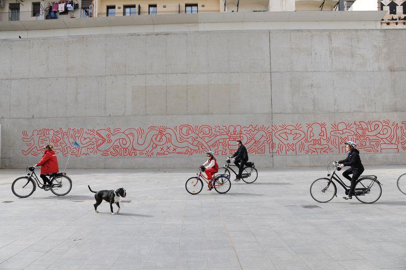 <div class='imageHoverDetail'>              <p class='imageHoverTitle twoLineBreak'>Mural contra la sida de Keith Haring. Ciclistes passant per davant del mural</p>              <p class='imageHoverAutor oneLineBreak'>Autor: Antonio Lajusticia Bueno</p>              <button class='imageHoverBtn'>Mostra els detalls de la imatge <span class='sr-only'>Mural contra la sida de Keith Haring. Ciclistes passant per davant del mural</span></button>              </div>