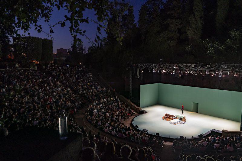 <div class='imageHoverDetail'>              <p class='imageHoverTitle twoLineBreak'>Vista del públic del Teatre Grec durant la representació de l'obra inaugural ...</p>              <p class='imageHoverAutor oneLineBreak'>Autor: Laura Guerrero</p>              <button class='imageHoverBtn'>Mostra els detalls de la imatge <span class='sr-only'>Vista del públic del Teatre Grec durant la representació de l'obra inaugural ...</span></button>              </div>
