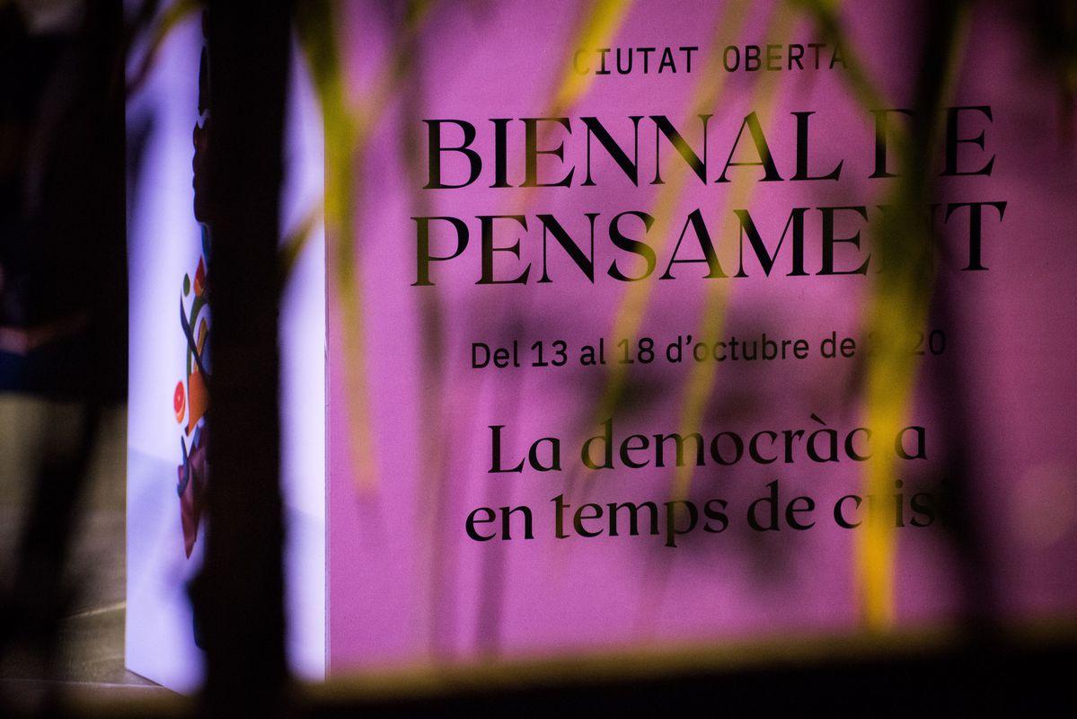 <div class='imageHoverDetail'>              <p class='imageHoverTitle twoLineBreak'>Cub de la Biennal de pensament il·luminat</p>              <p class='imageHoverAutor oneLineBreak'>Autor: Víctor Parreño Vidiella</p>              <button class='imageHoverBtn'>Mostra els detalls de la imatge <span class='sr-only'>Cub de la Biennal de pensament il·luminat</span></button>              </div>