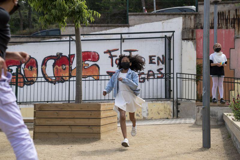 <div class='imageHoverDetail'>              <p class='imageHoverTitle twoLineBreak'>Una nena corre pel pati de l'escola a prop d'unes jardineres</p>              <p class='imageHoverAutor oneLineBreak'>Autor: Mariona Gil</p>              <button class='imageHoverBtn'>Mostra els detalls de la imatge <span class='sr-only'>Una nena corre pel pati de l'escola a prop d'unes jardineres</span></button>              </div>