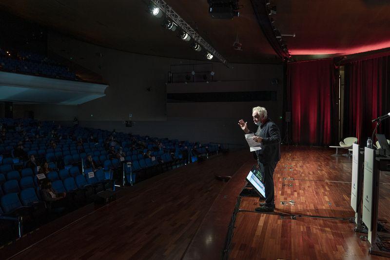 <div class='imageHoverDetail'>              <p class='imageHoverTitle twoLineBreak'>Intervenció del Ferran Adrià durant la inauguració FHG Forum (Food & Hospital...</p>              <p class='imageHoverAutor oneLineBreak'>Autor: Laura Guerrero</p>              <button class='imageHoverBtn'>Mostra els detalls de la imatge <span class='sr-only'>Intervenció del Ferran Adrià durant la inauguració FHG Forum (Food & Hospital...</span></button>              </div>