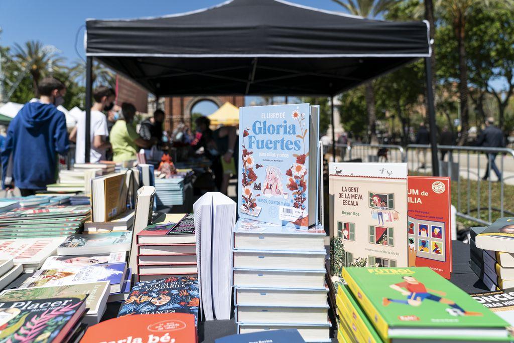 Taulell amb llibres de literatura infantil de la parada muntada per una llibreria especialitzada en lectura per als més joves al recinte firal del passeig de Lluís Companys amb motiu de la diada de Sant Jordi