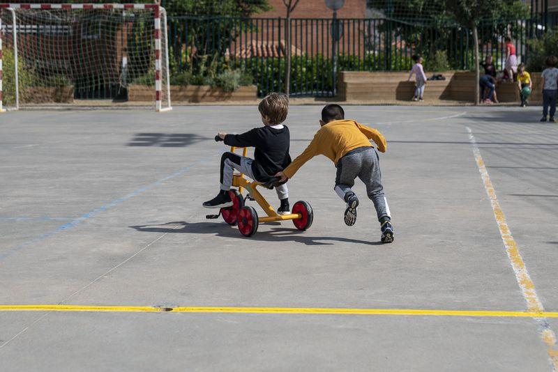 <div class='imageHoverDetail'>              <p class='imageHoverTitle twoLineBreak'>Un nen va en tricicle per la pista de ciment del pati d'una escola mentre un ...</p>              <p class='imageHoverAutor oneLineBreak'>Autor: Mariona Gil</p>              <button class='imageHoverBtn'>Mostra els detalls de la imatge <span class='sr-only'>Un nen va en tricicle per la pista de ciment del pati d'una escola mentre un ...</span></button>              </div>