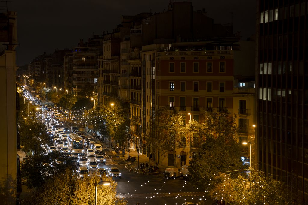 Vista del carrer d'Aragó il·luminat per unes garlandes de llums de Nadal