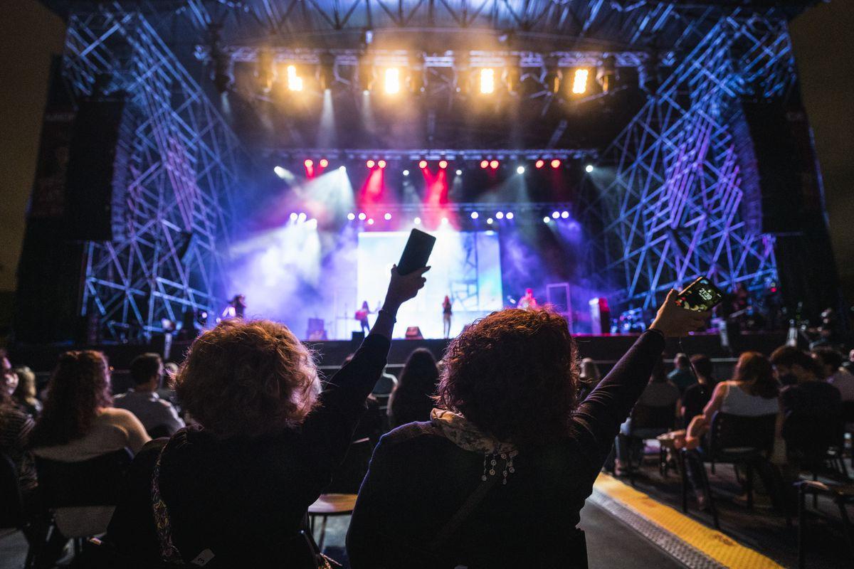 <div class='imageHoverDetail'>              <p class='imageHoverTitle twoLineBreak'>Públic assistent a un dels concerts del BAM Festival a l'Estadi Olímpic Lluís...</p>              <p class='imageHoverAutor oneLineBreak'>Autor: Cesc Maymó</p>              <button class='imageHoverBtn'>Mostra els detalls de la imatge <span class='sr-only'>Públic assistent a un dels concerts del BAM Festival a l'Estadi Olímpic Lluís...</span></button>              </div>