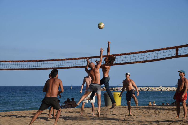 <div class='imageHoverDetail'>              <p class='imageHoverTitle twoLineBreak'>Voleibol a la platja de Sant Sebastià</p>              <p class='imageHoverAutor oneLineBreak'>Autor: Antonio Lajusticia Bueno</p>              <button class='imageHoverBtn'>Mostra els detalls de la imatge <span class='sr-only'>Voleibol a la platja de Sant Sebastià</span></button>              </div>