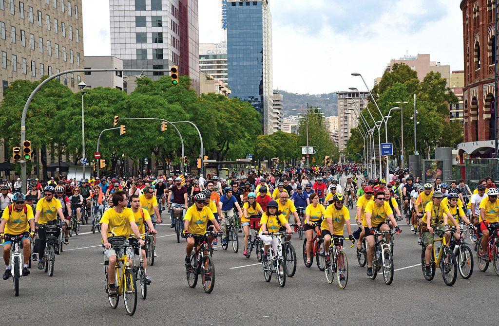 Fiesta de la Bicicleta. Participantes llegando a la plaza de Espanya desde la calle de Tarragona