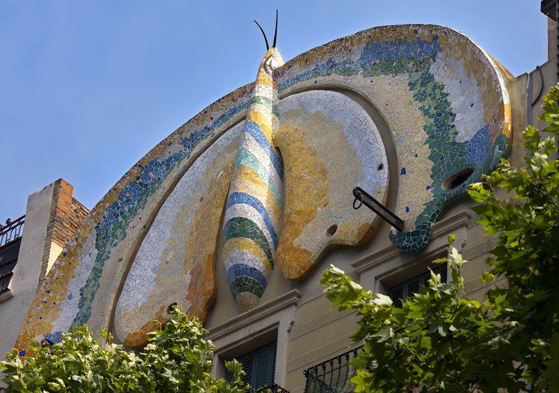 <div class='imageHoverDetail'>              <p class='imageHoverTitle twoLineBreak'>Casa Fajol o Casa de la Papallona. Cornisa amb l'escultura d'una papallona</p>              <p class='imageHoverAutor oneLineBreak'>Autor: Pepe Navarro</p>              <button class='imageHoverBtn'>Mostra els detalls de la imatge <span class='sr-only'>Casa Fajol o Casa de la Papallona. Cornisa amb l'escultura d'una papallona</span></button>              </div>
