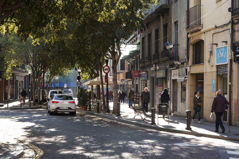 <div class='imageHoverDetail'>              <p class='imageHoverTitle twoLineBreak'>Circulació pel carrer Gran de Sant Andreu</p>              <p class='imageHoverAutor oneLineBreak'>Autor: Paola de Grenet</p>              <button class='imageHoverBtn'>Mostra els detalls de la imatge <span class='sr-only'>Circulació pel carrer Gran de Sant Andreu</span></button>              </div>