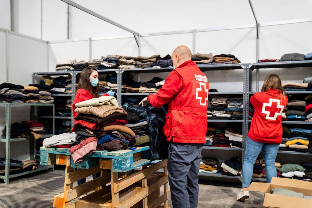 <div class='imageHoverDetail'>              <p class='imageHoverTitle twoLineBreak'>Membres de la Creu Roja organitzen la roba i les sabates que els han arribat ...</p>              <p class='imageHoverAutor oneLineBreak'>Autor: Clara Soler</p>              <button class='imageHoverBtn'>Mostra els detalls de la imatge <span class='sr-only'>Membres de la Creu Roja organitzen la roba i les sabates que els han arribat ...</span></button>              </div>