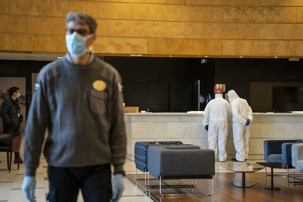 <div class='imageHoverDetail'>              <p class='imageHoverTitle twoLineBreak'>Personal de seguretat i sanitari a la recepció de l'Hotel Catalonia Plaza. El...</p>              <p class='imageHoverAutor oneLineBreak'>Autor: Isaac Planella</p>              <button class='imageHoverBtn'>Mostra els detalls de la imatge <span class='sr-only'>Personal de seguretat i sanitari a la recepció de l'Hotel Catalonia Plaza. El...</span></button>              </div>