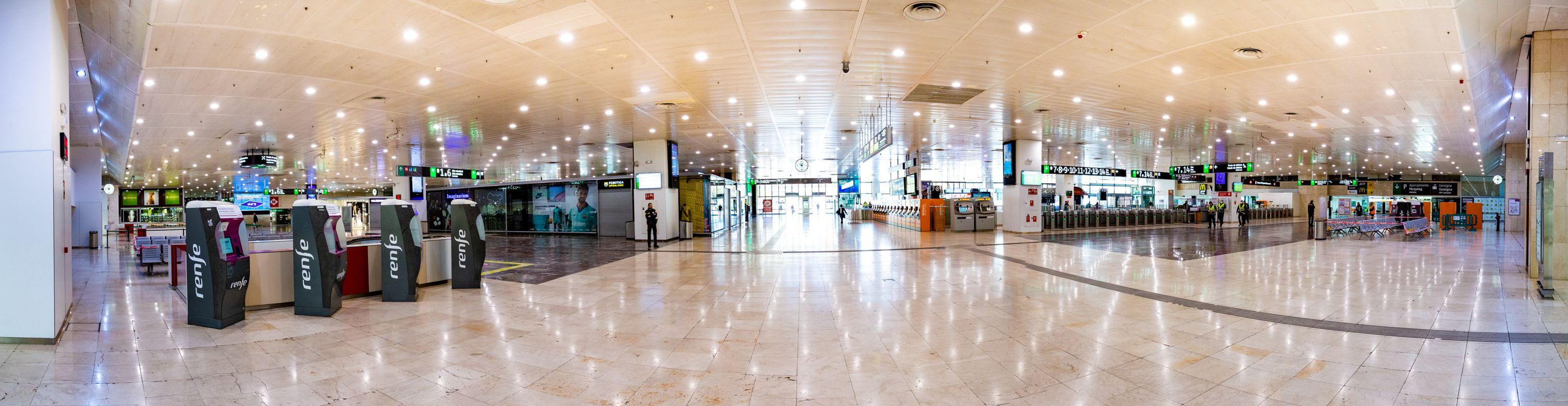 <div class='imageHoverDetail'>              <p class='imageHoverTitle twoLineBreak'>Estación de Barcelona Sants. Vestíbulo sin gente, con un guardia de seguridad...</p>              <p class='imageHoverAutor oneLineBreak'>Autor: Marc Lozano</p>              <button class='imageHoverBtn'>Ver los detalles de la imagen <span class='sr-only'>Estación de Barcelona Sants. Vestíbulo sin gente, con un guardia de seguridad...</span></button>              </div>