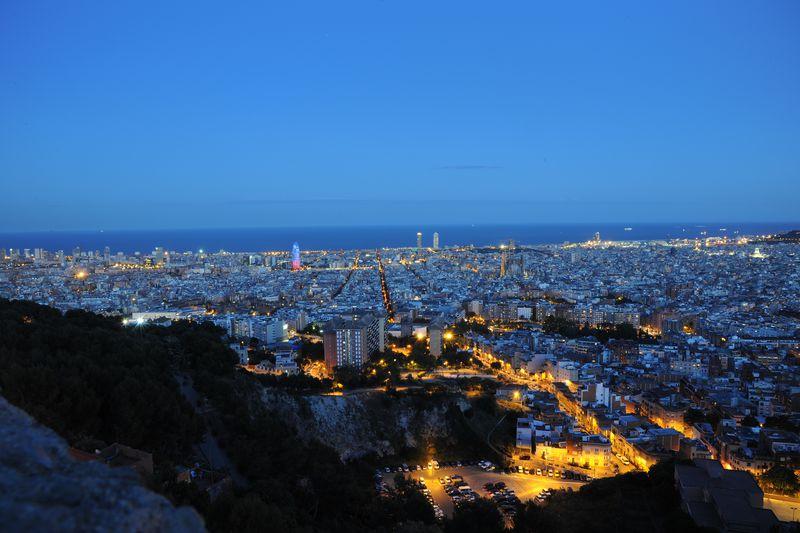 <div class='imageHoverDetail'>              <p class='imageHoverTitle twoLineBreak'>Vista nocturna de Barcelona de muntanya a mar amb l'Eixample i la Torre Glòries</p>              <p class='imageHoverAutor oneLineBreak'>Autor: Antonio Lajusticia Bueno</p>              <button class='imageHoverBtn'>Mostra els detalls de la imatge <span class='sr-only'>Vista nocturna de Barcelona de muntanya a mar amb l'Eixample i la Torre Glòries</span></button>              </div>