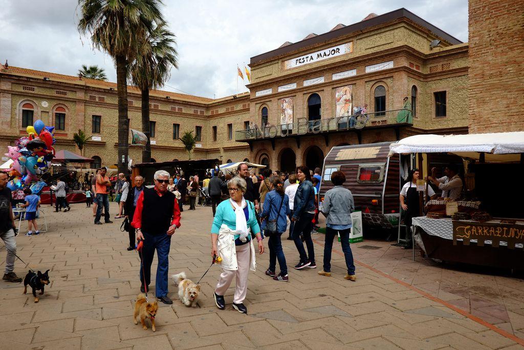Festa Major de Nou Barris. Visitants del mercat artesanal