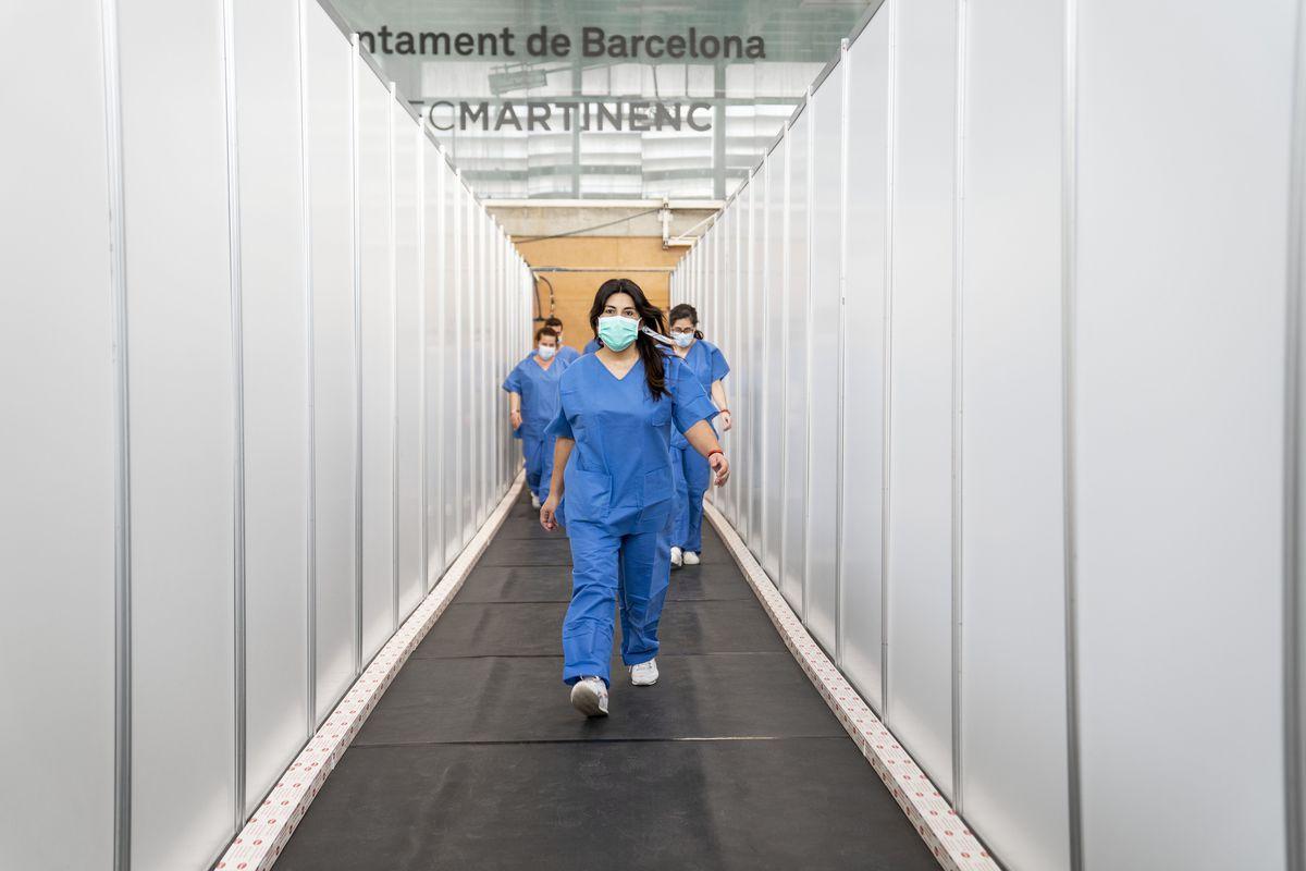 <div class='imageHoverDetail'>              <p class='imageHoverTitle twoLineBreak'>Personal sanitari al CEM Guinardó caminant per un dels passadissos entre els ...</p>              <p class='imageHoverAutor oneLineBreak'>Autor: Isaac Planella</p>              <button class='imageHoverBtn'>Mostra els detalls de la imatge <span class='sr-only'>Personal sanitari al CEM Guinardó caminant per un dels passadissos entre els ...</span></button>              </div>