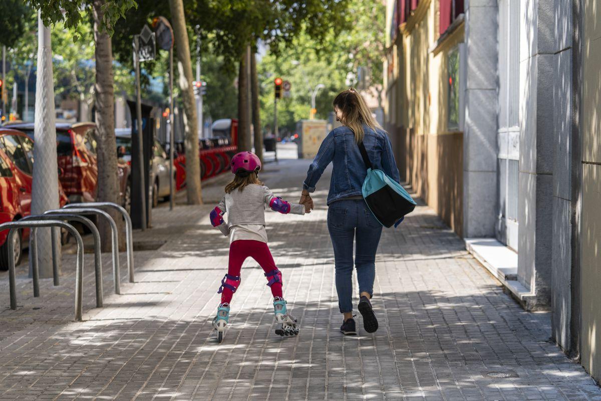 <div class='imageHoverDetail'>              <p class='imageHoverTitle twoLineBreak'>Una família amb la mare i la filla amb patins en línia passegen agafades de l...</p>              <p class='imageHoverAutor oneLineBreak'>Autor: Mariona Gil</p>              <button class='imageHoverBtn'>Mostra els detalls de la imatge <span class='sr-only'>Una família amb la mare i la filla amb patins en línia passegen agafades de l...</span></button>              </div>