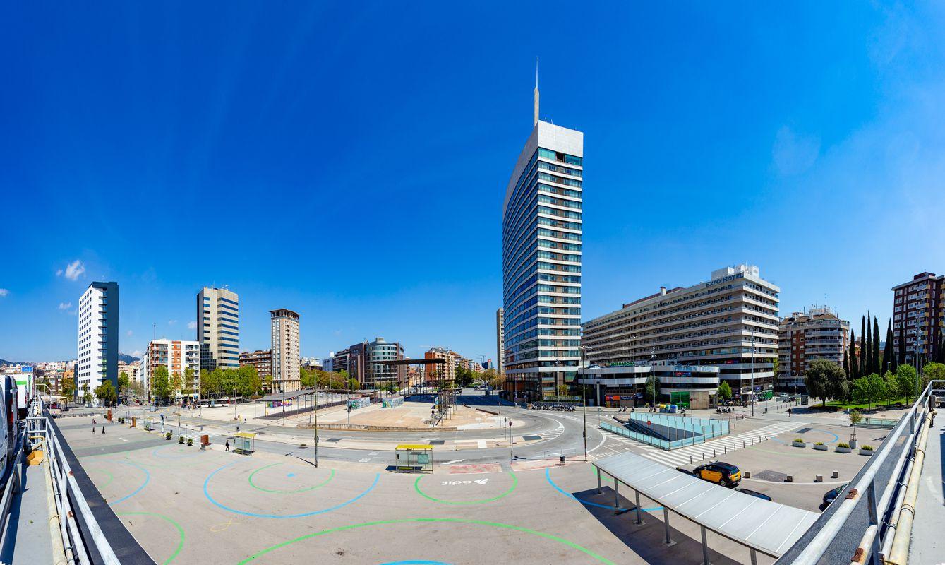 <div class='imageHoverDetail'>              <p class='imageHoverTitle twoLineBreak'>Vista de los alrededores de la estación de Barcelona Sants desde el aparcamie...</p>              <p class='imageHoverAutor oneLineBreak'>Autor: Marc Lozano</p>              <button class='imageHoverBtn'>Ver los detalles de la imagen <span class='sr-only'>Vista de los alrededores de la estación de Barcelona Sants desde el aparcamie...</span></button>              </div>