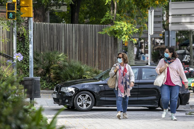 <div class='imageHoverDetail'>              <p class='imageHoverTitle twoLineBreak'>Gent passejant pel carrer Major de Sarrià amb mascareta i mantenint les distà...</p>              <p class='imageHoverAutor oneLineBreak'>Autor: Edu Bayer</p>              <button class='imageHoverBtn'>Mostra els detalls de la imatge <span class='sr-only'>Gent passejant pel carrer Major de Sarrià amb mascareta i mantenint les distà...</span></button>              </div>